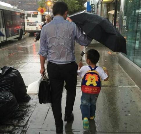 Lộ diện ông bố che mưa cho con khiến triệu người rung động