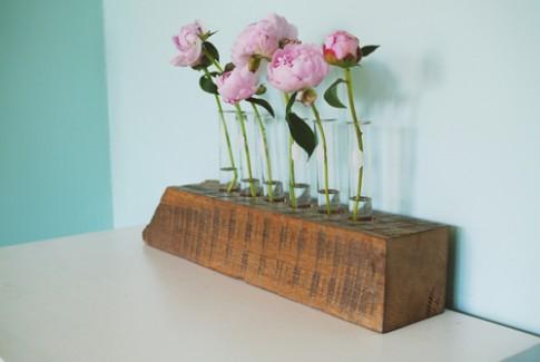 Lọ hoa cá tính làm từ gỗ ống nghiệm