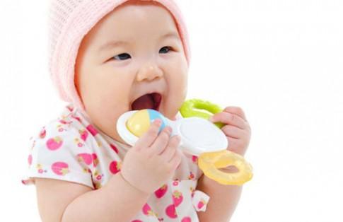 Lợi - hại khi dùng miếng cắn răng cho bé.