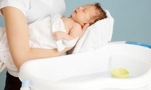 """Lưu ý """"sống còn"""" phải nhớ khi tắm cho trẻ sơ sinh"""