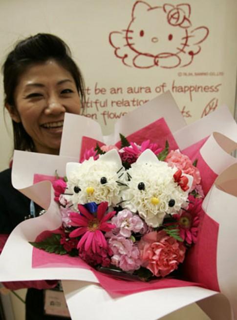 Mất vài phút cắm bó hoa Hello Kitty giá 4 triệu đồng