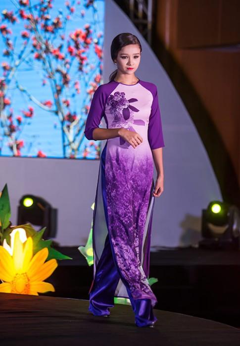Mẫu lai Việt- Đức 13 tuổi dịu dàng trong tà áo dài
