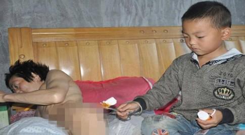 Mẹ bỏ đi, bé 7 tuổi một mình chăm cha bại liệt