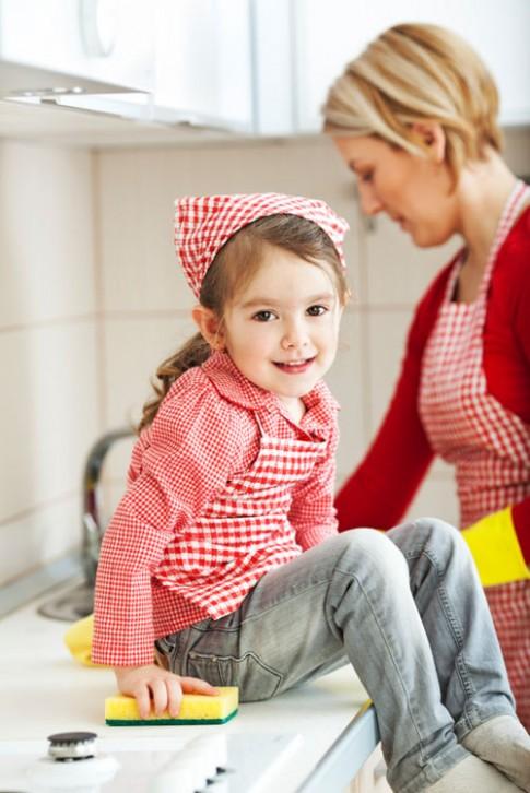 Mẹ khéo dạy bé hào hứng giúp cha mẹ làm việc nhà