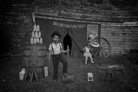 Mê mẩn bộ ảnh vintage ông bố Mỹ chụp 2 con