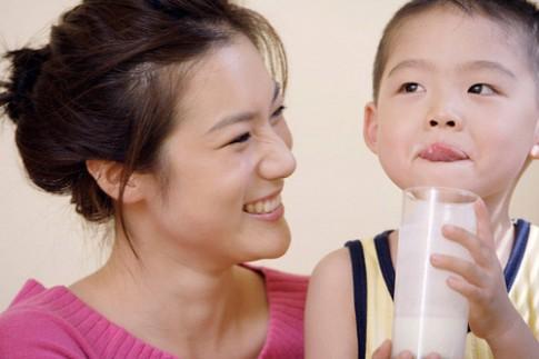 Mẹo hay giúp bé thích uống sữa