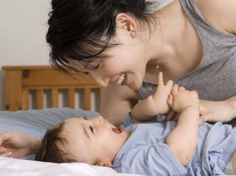 """Mẹo """"lạ"""" dỗ trẻ sơ sinh nín khóc nhanh """"không tưởng"""""""