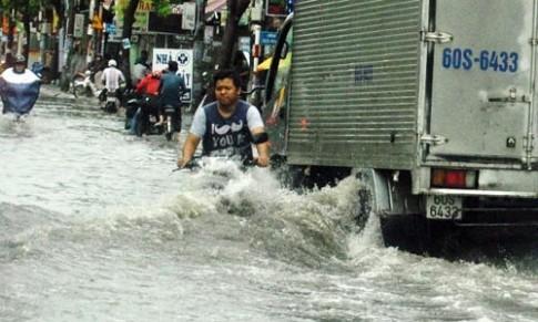 Mưa một giờ, đường phố Sài Gòn ngập khủng khiếp