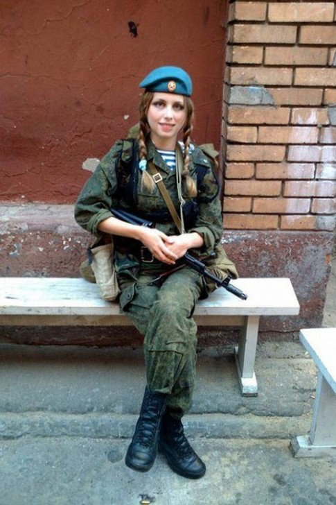 Ngỡ ngàng trước vẻ đẹp mê hoặc của nữ lính dù Nga
