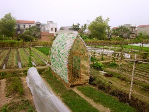 Ngôi nhà ươm rau làm từ tre, chai nhựa