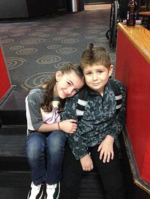 """""""Ngôn tình có thật"""" của cậu bé ngừng chữa ung thư để ở bên bạn gái"""