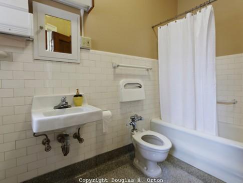 Nhà tắm ở vị trí 'xấu xí', tiền mất tật mang!