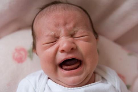 Những biểu hiện trẻ sơ sinh khóc do bị stress