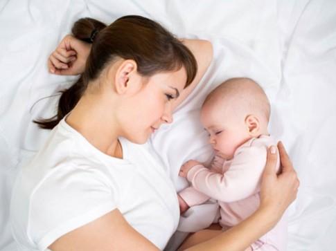 """Những câu nói """"xát muối vào tim"""" các mẹ ở nhà chăm con"""
