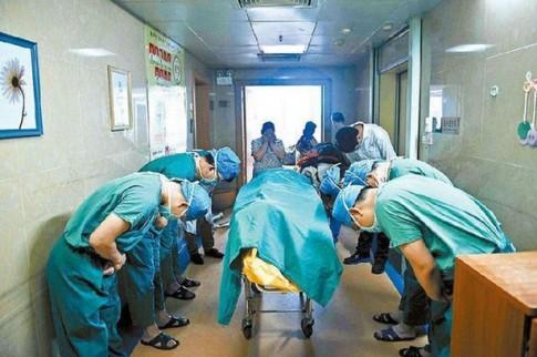 Những em bé ra đi khiến bác sĩ cúi đầu cảm ơn trong nghẹn ngào
