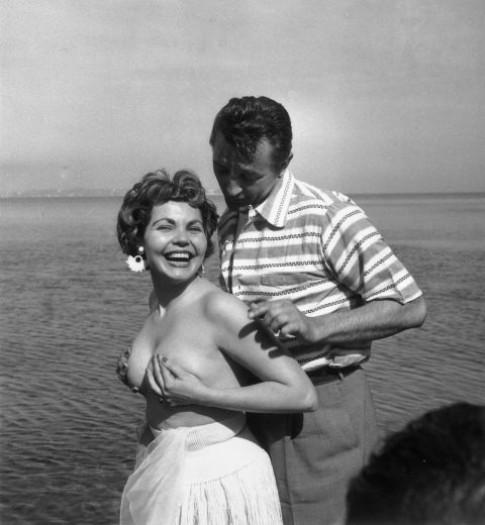 """Những trang phục """"hại não"""" nhất lịch sử LHP Cannes"""