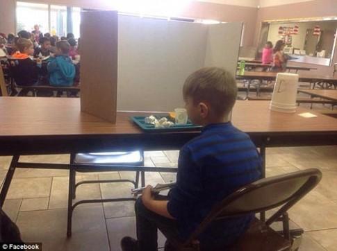 Phẫn nộ ảnh bé lớp 1 bị bắt ăn trưa một mình sau tấm bìa