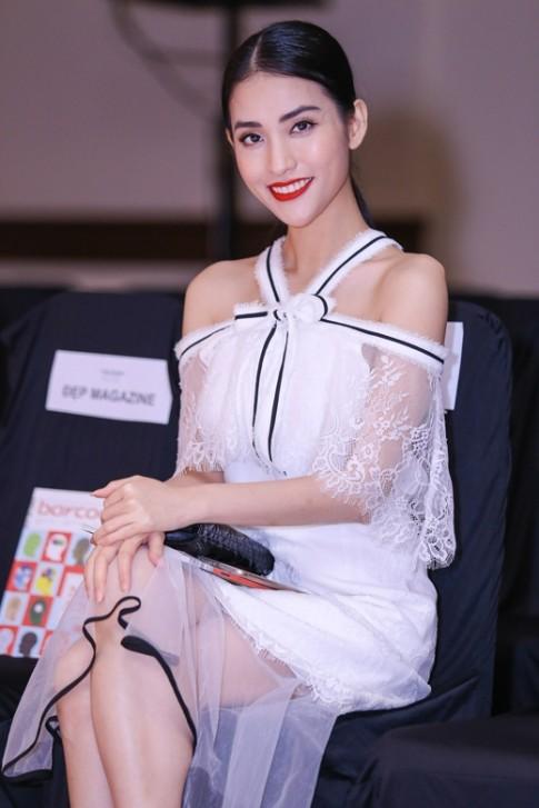 """Pông Chuẩn, Trần Hiền """"tình tứ"""" đi xem show thời trang"""