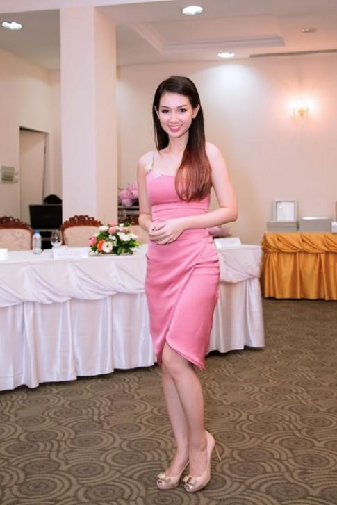 Quỳnh Chi đọ vẻ gợi cảm với Trương Quỳnh Anh