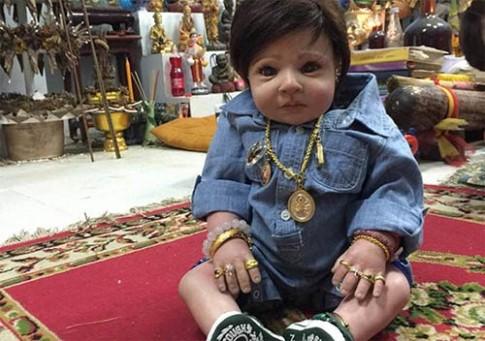 'Rùng mình' mốt thờ búp bê giống hệt trẻ con thật ở Thái Lan