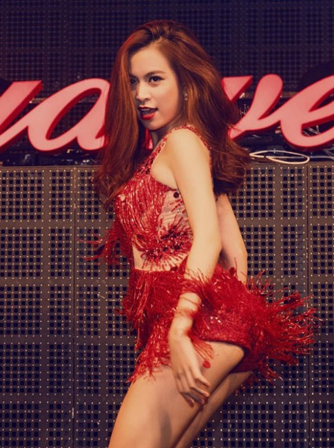 Sao mặc xấu: Hoàng Thùy Linh lộ vòng 3 vì váy quá ngắn