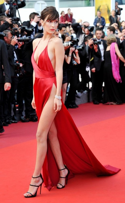 Siêu mẫu 19 tuổi gặp sự cố thời trang trên thảm đỏ Cannes