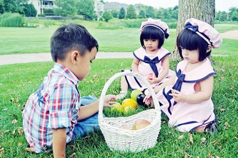 """""""Tan chảy"""" với 3 nhóc tì đẹp như búp bê nhà MC Huyền Ny"""