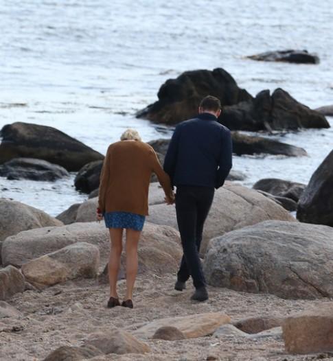 Taylor Swift lộ ảnh hôn Tom Hiddleston sau 2 tuần chia tay bạn trai