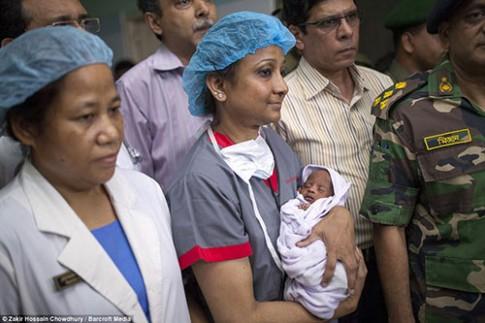 Thai nhi bị bắn xuyên mắt trong bụng mẹ sống sót kỳ diệu