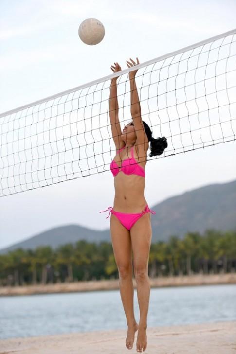Thí sinh Hoa hậu Hoàn Vũ mặc hai mảnh chơi bóng chuyền