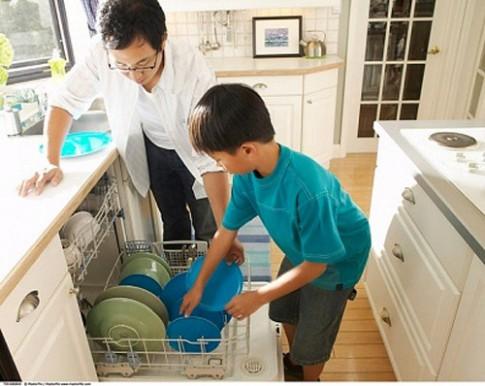 Thói quen xấu của bố mẹ làm hỏng tương lai con trai