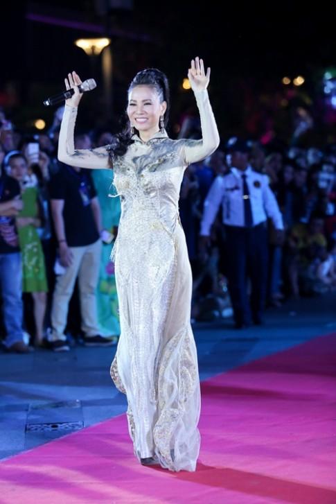 Thu Minh biến hóa liên tục khi hát ở phố đi bộ Nguyễn Huệ