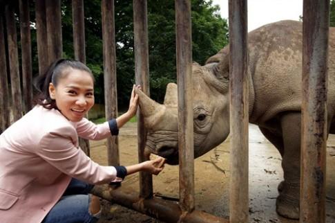 Thu Minh đi thăm tê giác tại vườn thú ở Cộng hòa Czech