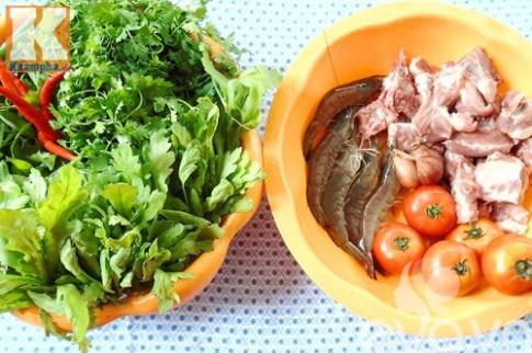 Thưởng thức bánh đa tôm thịt vào bữa sáng