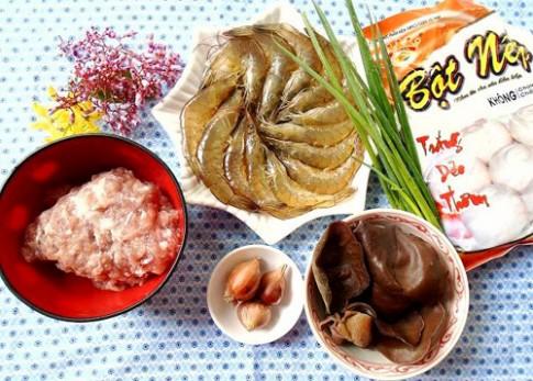 Thưởng thức bánh nếp nhân tôm thịt