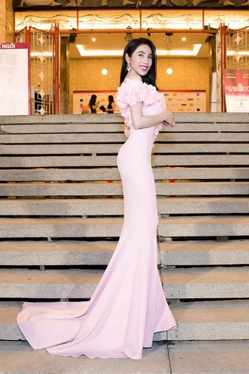 Thủy Tiên khoe đường cong vạn người mê với váy đuôi cá