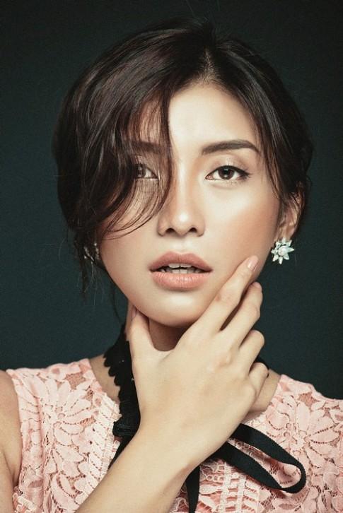 Tiêu Châu Như Quỳnh đẹp lạ lùng khi make up trong suốt