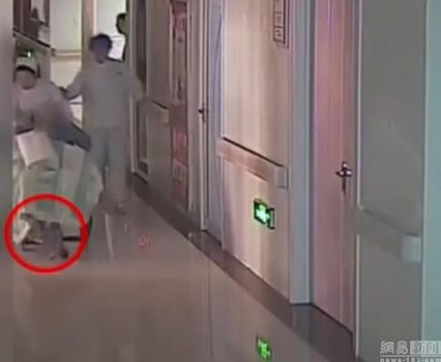 TQ: Bé mới sinh bị y tá làm rơi, kéo lê 10m mà không biết