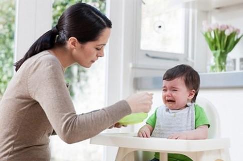 """Trẻ biếng ăn là """"nhờ"""" mẹ dại"""