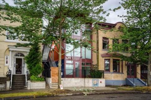 Tròn mắt với tòa nhà làm từ 12 container cũ