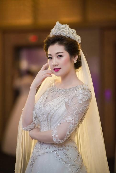 Tuần qua: Á hậu Tú Anh rạng rỡ làm cô dâu