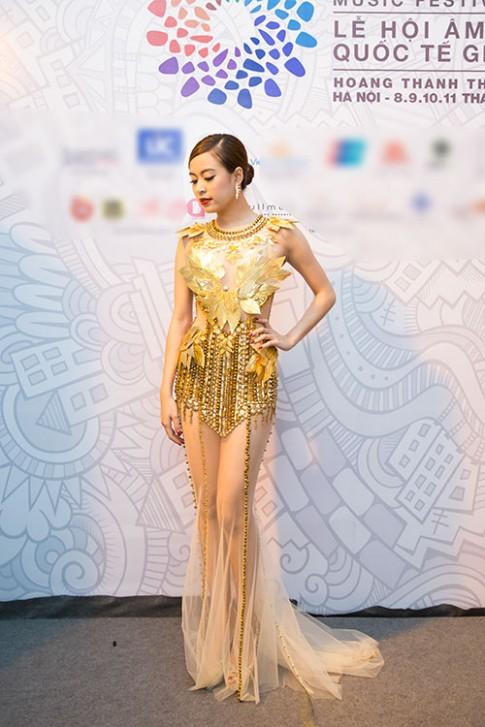 Tuần qua: Hoàng Thùy Linh khoe đùi thon hấp dẫn
