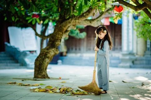 Vẻ đẹp trong veo của cô bé Phật tử trong mùa Vu Lan