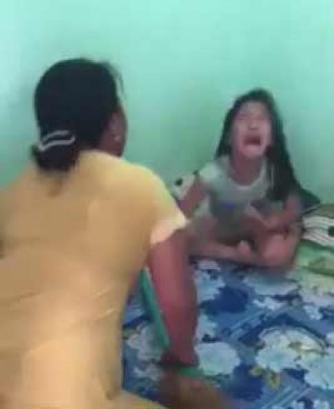 Vụ mẹ cầm chổi đánh con: Hàng xóm đáng trách