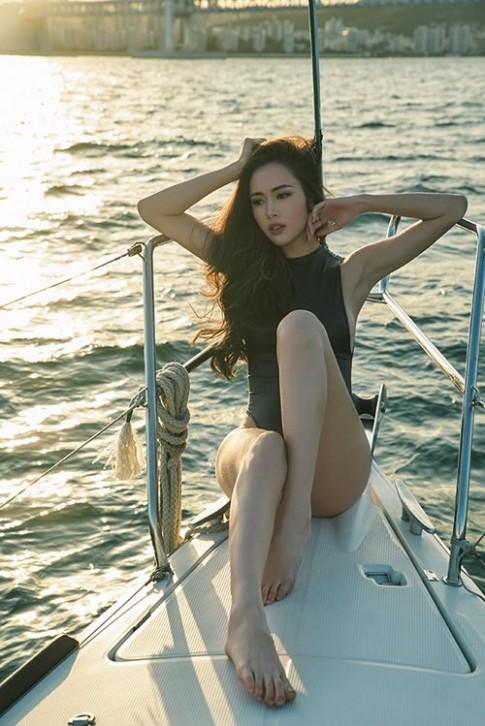 """Vũ Ngọc Anh khoe """"nếp gấp đùi, hông quả táo"""" trên du thuyền"""