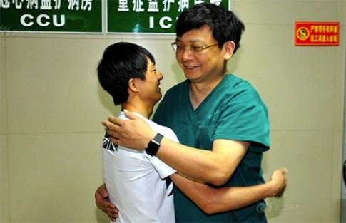 Xúc động bé song sinh dính liền về gặp bác sĩ sau 18 năm