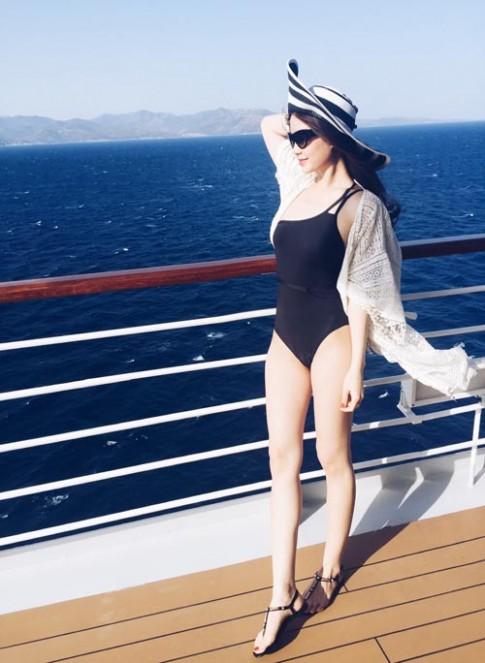 Á hậu Diễm Trang khoe ảnh diện áo tắm ở biển châu Âu