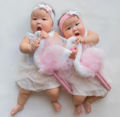 Ảnh mới của cặp sinh đôi ú na ú nần: Càng ngắm càng yêu!