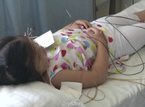 Bé gái 5 tuổi liệt mặt vì mẹ bật điều hoà suốt đêm