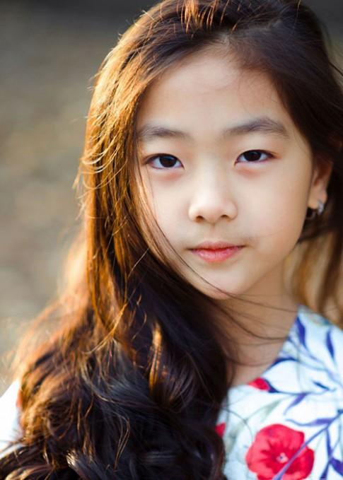 """Bé gái Hải Dương 7 tuổi cao 1m42 đúng chuẩn """"hoa hậu"""""""